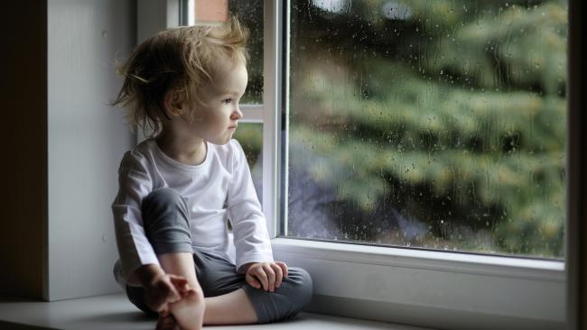 rebenok-na-podokonnike Защита окон от детей